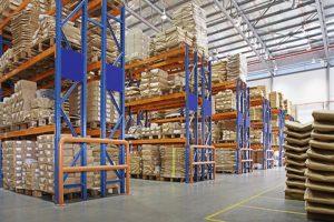 lager med flerlags stativer i en fabrik